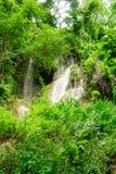 Waterval in aardpark, Thailand stock fotografie