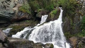 Waterval in Altai-bergen stock video
