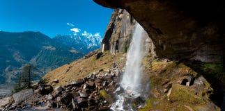 waterval in berg royalty-vrije stock afbeeldingen