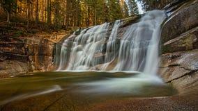 waterval in berg Stock Foto's