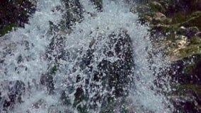 waterval in berg stock videobeelden