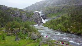 Waterval in bergen van Noorwegen in regenachtig weer van luchtmening van hommel stock video