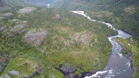 Waterval in bergen van Noorwegen in regenachtig weer van luchtmening van hommel stock footage