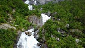 Waterval in bergen van Noorwegen in regenachtig weer van luchtmening van hommel stock videobeelden