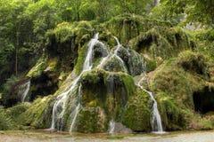 Waterval bij Baume les Messieurs, het Juragebergte - Frankrijk stock afbeeldingen