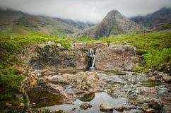 Waterval bij de voet van de berg bij de Feepools op het Eiland van Skye in Schotland stock foto