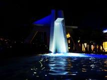 Waterval bij een open straatwandelgalerij met blauwe verlichting stock fotografie