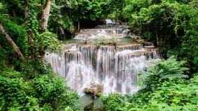Waterval bij het Nationale Park van Khuean Srinagarindra stock afbeelding