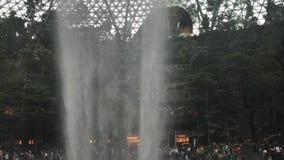 Waterval bij HSBC-het Juweel van de REGENdraaikolk stock videobeelden