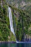 Waterval bij Milford-Geluid, Nieuw Zeeland Stock Foto's