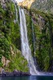 Waterval bij Milford-Geluid, Nieuw Zeeland Royalty-vrije Stock Foto's