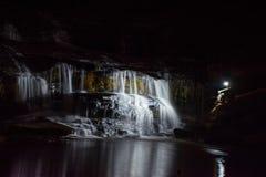 Waterval bij nacht Stock Afbeeldingen