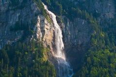 Waterval bij Zwitserse alpes stock afbeeldingen