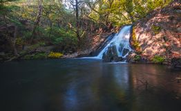 Waterval in boscosta rica Sommige rotsen in het water royalty-vrije stock foto's