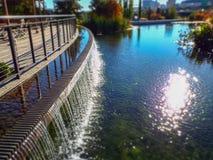 waterval buiten terras bij botanische tuin in daling stock foto's