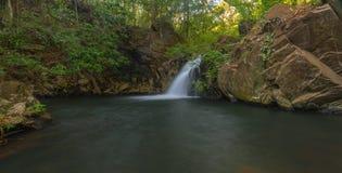 Waterval in Costa Rica Lange Blootstelling royalty-vrije stock foto