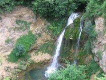Waterval in de berg Stock Afbeeldingen
