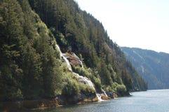 Waterval in de bergen in Alaska binnen Passage Stock Foto's