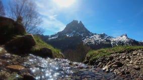 Waterval in de bergen het Frans, wandeling van de Pyreneeën van Ayous-meren stock videobeelden