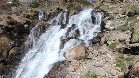 Waterval in de bergen het Frans, wandeling van de Pyreneeën van Ayous-meren stock footage