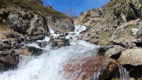 Waterval in de bergen het Frans, wandeling van de Pyreneeën van Ayous-meren stock video