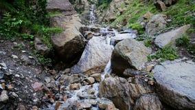 Waterval in de bergen van de Pyreneeën stock footage
