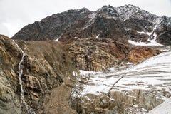 Waterval in de bergen van Oostenrijk dichtbij gletsjer Stock Foto's