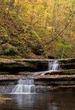 Waterval in de herfst Stock Afbeeldingen