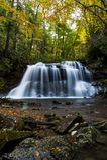Waterval in de Herfst - Hogere Val van de Kreek van de Dalingslooppas, Holly River State Park, West-Virginia royalty-vrije stock fotografie