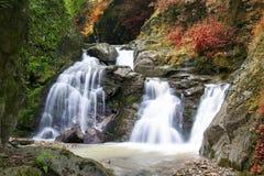 De lente en de herfst, Waterval in de riviervallei Syk Stock Fotografie