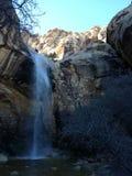 Waterval in de rotsen stock afbeelding