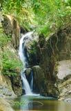 Waterval in de tropische wildernissen van Indochina stock afbeeldingen