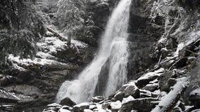 Waterval in de winterkoude met ijs en sneeuw stock video