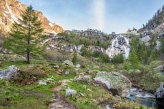 Waterval Del Toce bij bewolkte ochtend Stock Foto