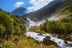 Waterval dichtbij Briksdal-gletsjer - Noorwegen Stock Foto's