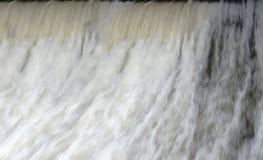 Waterval dichtbij macro dicht in groen royalty-vrije stock afbeelding