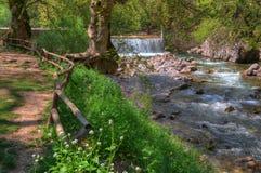 Waterval dichtbij Trikala, Griekenland - de lentebeeld stock afbeeldingen