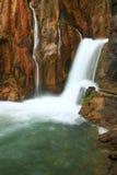 Waterval die aan rivier vallen Royalty-vrije Stock Foto