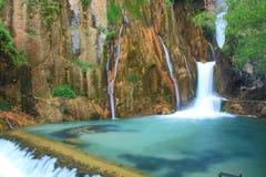 Waterval die aan rivier vallen Stock Afbeeldingen