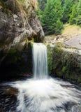 Waterval die in een pool drapeert stock afbeelding