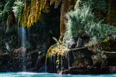 Waterval die die onderaan een berg stromen met mos wordt behandeld Sulakcanion, Dagestan stock foto
