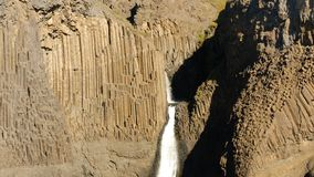 Waterval die onderbrekingen door het basaltras in IJsland stock foto's