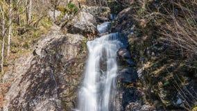 Waterval die over een klip stromen Abchazië stock footage