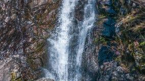 Waterval die over een klip stromen Abchazië stock videobeelden