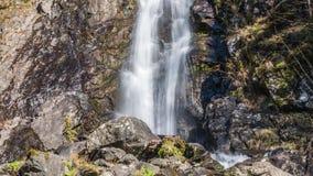 Waterval die over een klip stromen Abchazië stock video