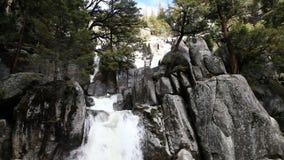 Waterval die over het Park Californië draperen van Yosemite van de Granietrots stock video