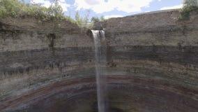 Waterval die over Klip stromen stock footage