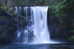 Waterval die over rotsen drapeert stock afbeelding