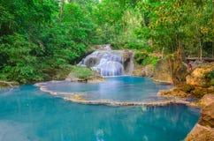 Waterval in Diep bos bij Erawan-waterval Nationaal Park, Stock Foto