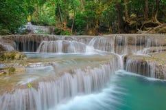 Waterval in Diep bos bij Erawan-waterval Nationaal Park, Stock Afbeeldingen